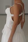 Белое вечернее платье в пол Выполнено из атласа и креш- шифона, на...